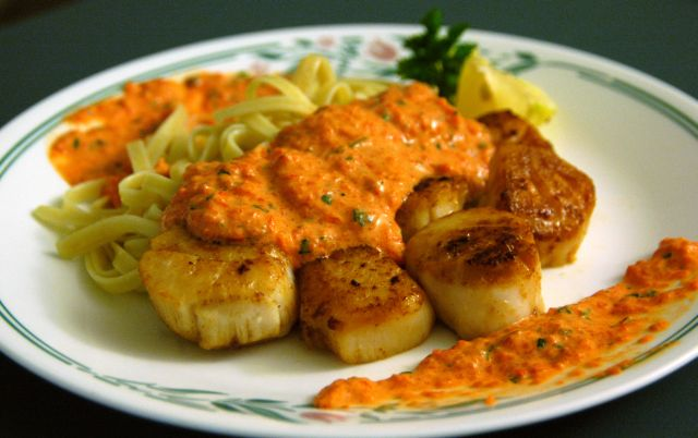 Pan Seared Scallops with Quick Roasted Red Pepper Sauce (serves four)